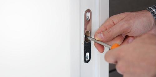 לתקן דלת